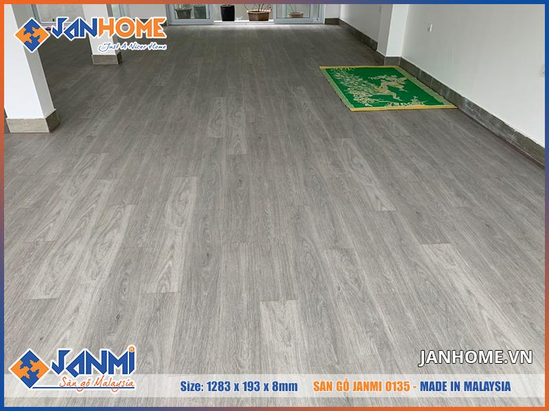 Sàn gỗ Janmi O135 có tông màu hiện đại, sang trọng